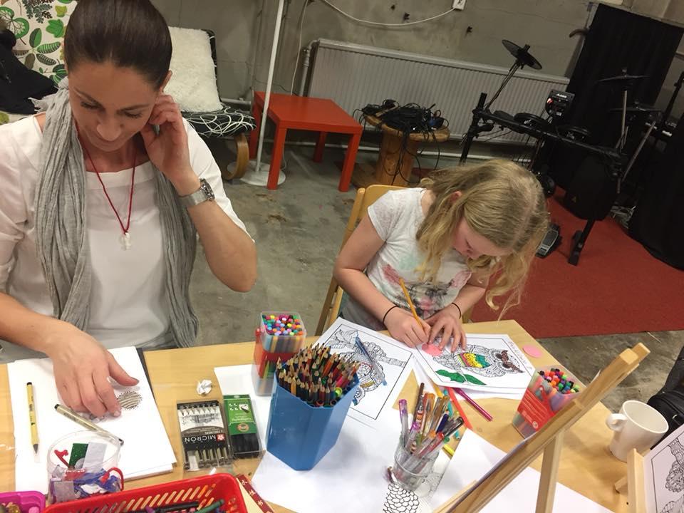 En kvinna och en yngre tjej ritar mandala