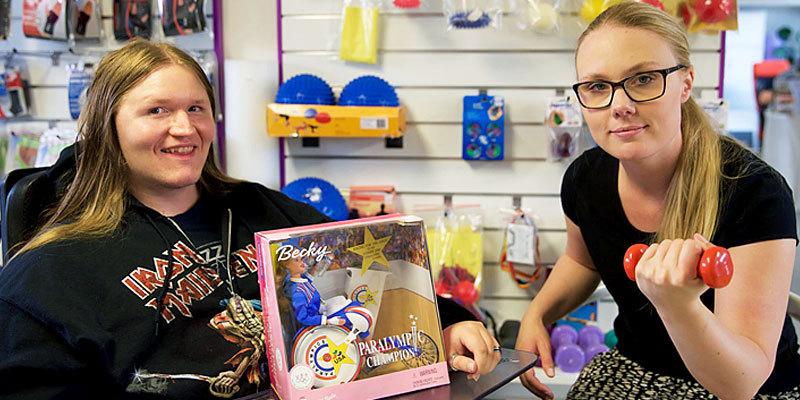 Fredrik och Kattis som jobbar i hjälpmedelsbutiken