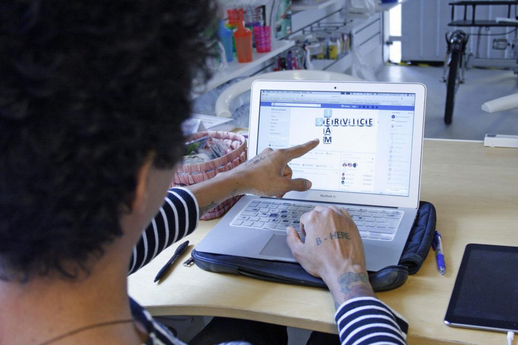 Rodrigo planerar vid dator för serviceteamet