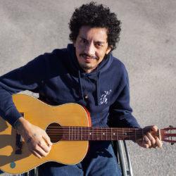 Foto på Rodrigo som håller i en gitarr