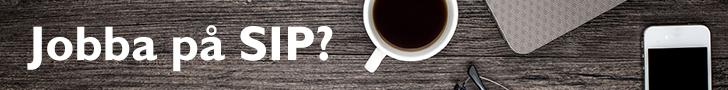 Bild på skrivbord med kaffemugg och kontorsmaterial med texten Jobba på SIP?